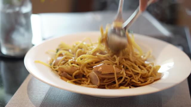 kvinna äta spaghetti med musslor på restaurang. - pasta vongole bildbanksvideor och videomaterial från bakom kulisserna