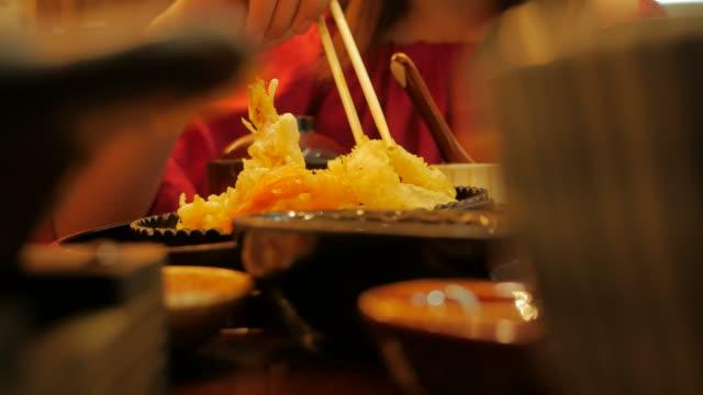 レストランで日本料理の天ぷらを食べる女 ビデオ