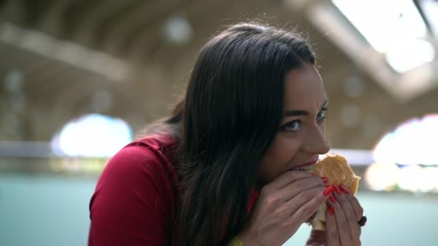 donna che mangia pane tradizionale mortadela nel mercato municipale di san paolo, brasile - mortadella video stock e b–roll