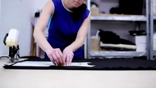 vídeos y material grabado en eventos de stock de la mujer rodea la plantilla de la tela negra. - bocetos de diseños de moda