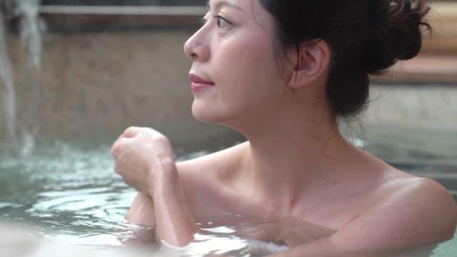 kvinna njuta av ånga hot springs - japanese bath woman bildbanksvideor och videomaterial från bakom kulisserna