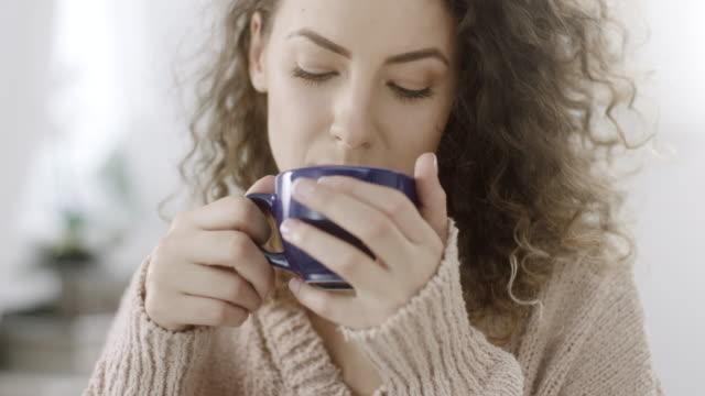 Frau genießt einen Becher Kaffee – Video