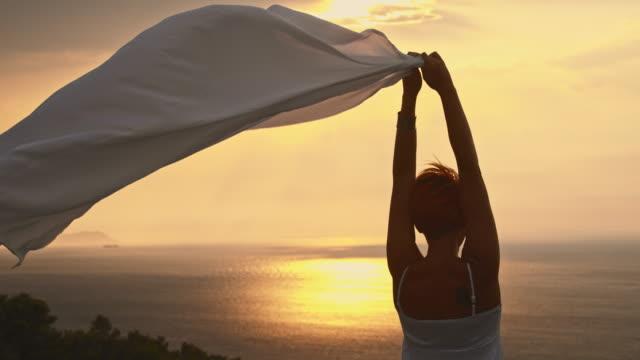 slo mo женщина, наслаждаясь летний бриз - шарф стоковые видео и кадры b-roll