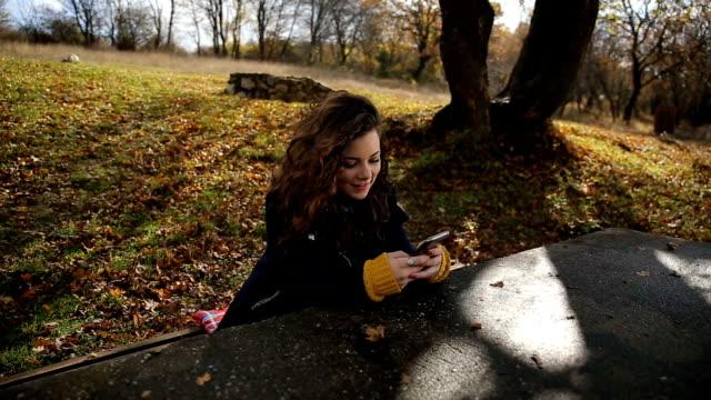 autunno donna godendo il sole - colore saturo video stock e b–roll