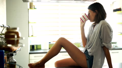 vídeos y material grabado en eventos de stock de mujer disfrutando de su mañana taza de café negro - gente tranquila