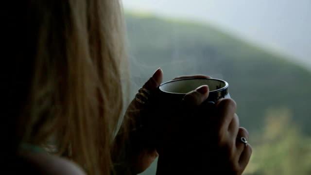 vídeos y material grabado en eventos de stock de mujer disfrutando de té caliente - café bebida