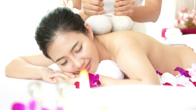vídeos de stock e filmes b-roll de woman enjoying massage for relaxation. - terapia lastone