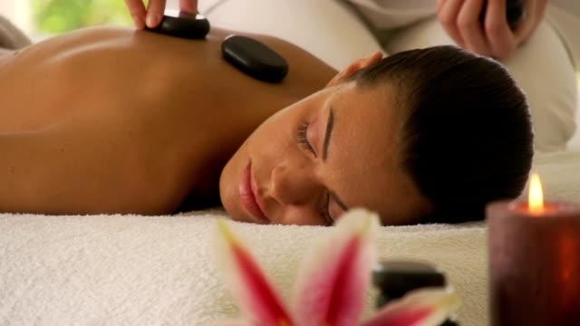 frau genießen eine massage - stein baumaterial stock-videos und b-roll-filmmaterial