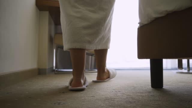 vidéos et rushes de femme appréciant le matin dans l'hôtel - peignoir