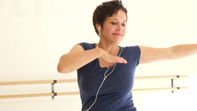 woman enjoying music and practicing dance in class - body positive video stock e b–roll
