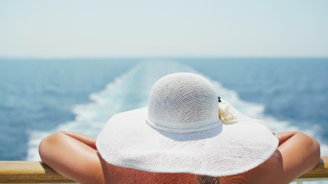 stockvideo's en b-roll-footage met vrouw genieten zomerbries op het cruise schip - cruise