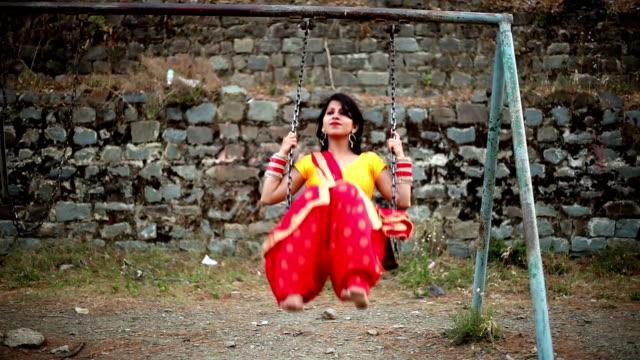 frau genießen schwingen - himachal pradesh stock-videos und b-roll-filmmaterial