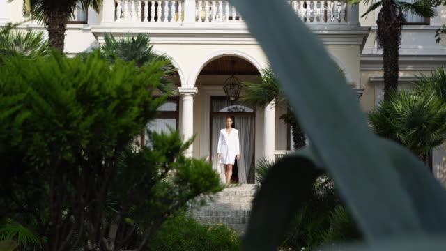 女性の朝をお楽しみいただけます。 - 別荘点の映像素材/bロール