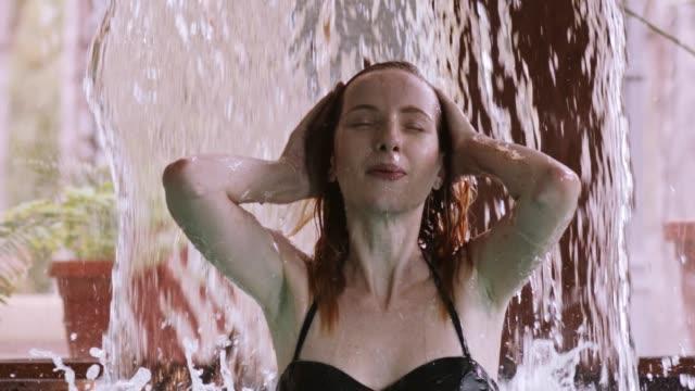 滝スパでのマッサージを楽しんでいる女性 ビデオ