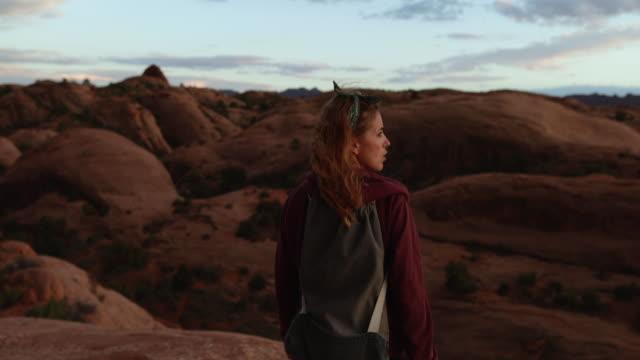 Frau genießt die Natur im Südwesten der USA, Moab – Video