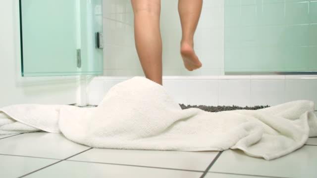 vídeos de stock, filmes e b-roll de mulher digitando chuveiro - tomar banho