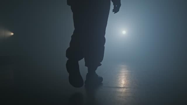 vídeos y material grabado en eventos de stock de mujer entrando en el escenario con humo sobre fondo. silueta de piernas de bailarina. - escenario