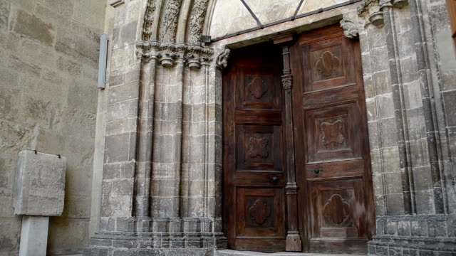 vídeos de stock e filmes b-roll de entrar porta medieval mulher - door knock