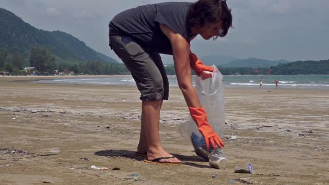 Frauen-Umweltschützer in der StrandReinigung von Kunststoffverschmutzung – Video