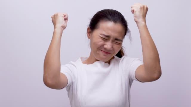 女性ホワイト バック グラウンド スローモーションに興奮 - 上半身点の映像素材/bロール