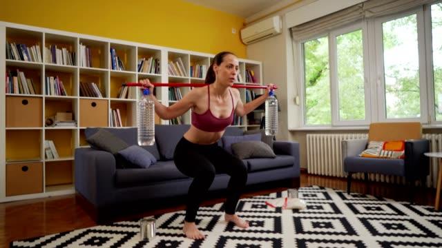 kvinna tränar hemma - rådig bildbanksvideor och videomaterial från bakom kulisserna