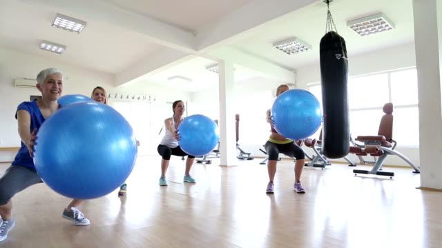 frau training im fitnessraum - fitnesskurs stock-videos und b-roll-filmmaterial