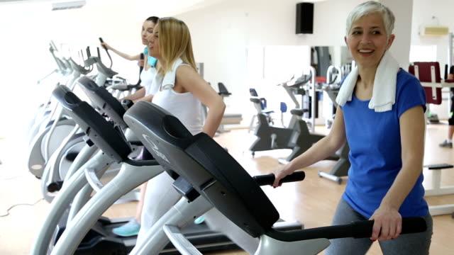 donna esercizio in palestra - metodo pilates video stock e b–roll