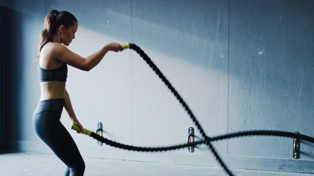 ジムで運動する女性 - 耐久力点の映像素材/bロール