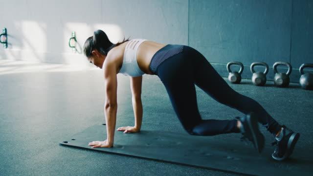 stockvideo's en b-roll-footage met vrouw uit te oefenen in de sportschool - slank