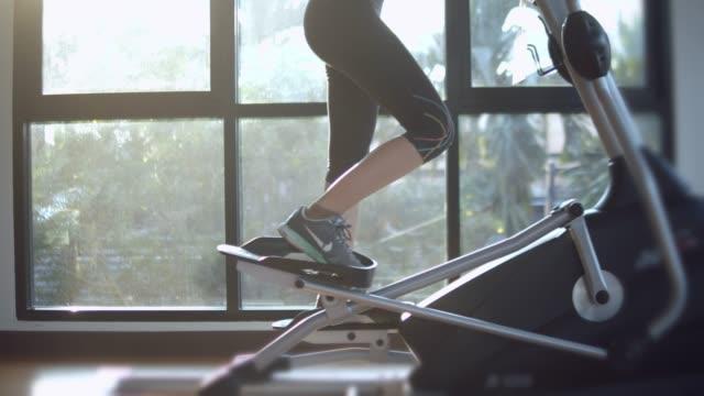 심장이 기계에 운동 하는 여자 - 웨이트 스톡 비디오 및 b-롤 화면
