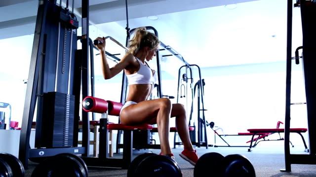 Femme faisant de l'exercice sur machine de musculation - Vidéo