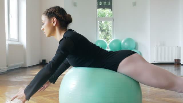 Mujer haciendo ejercicio con bola de la aptitud. - vídeo
