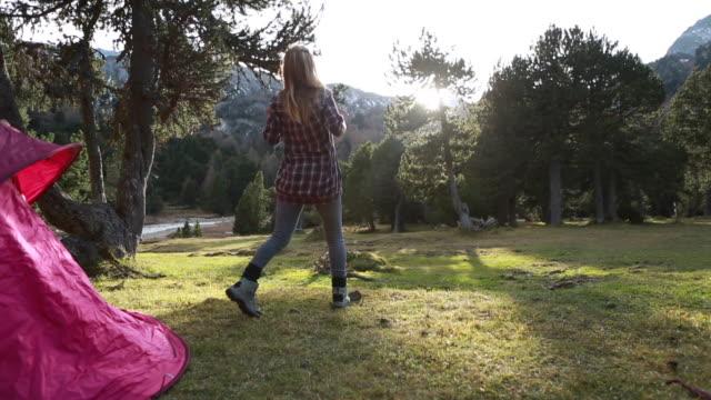 woman exit tent, outstretches arms at sunrise - djurarm bildbanksvideor och videomaterial från bakom kulisserna
