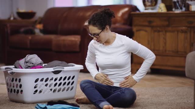 Frau erleben intensive Schmerzen im Beckenbereich – Video