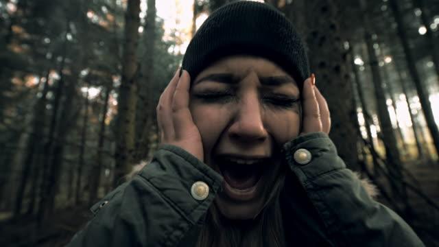 kvinnan upplever panikattack i skogen - fruktan bildbanksvideor och videomaterial från bakom kulisserna