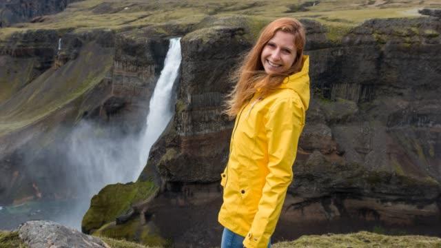 woman exploring iceland, admiring its canyons - spektakularny krajobraz filmów i materiałów b-roll