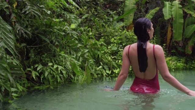 kobieta eksplorująca fervedouro w tocantins, brazylia - ekoturystyka filmów i materiałów b-roll