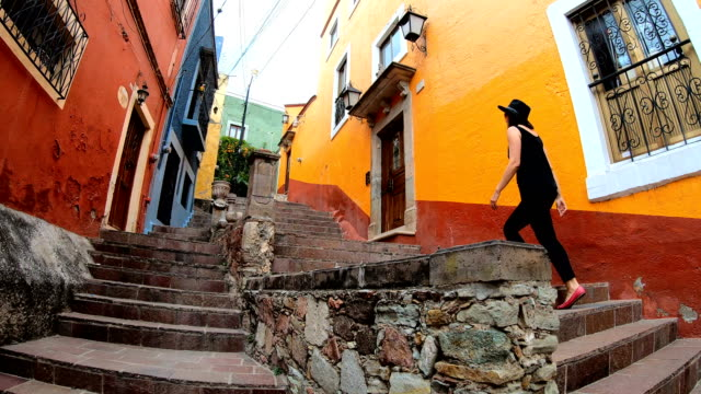 woman exploring the streets in guanajuato, mexico - мексика стоковые видео и кадры b-roll