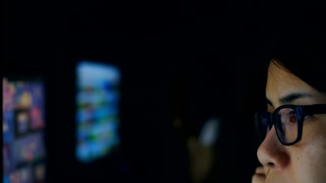 モニター画面で、インター ネット サーフィンを見る女性の目 - パソコン点の映像素材/bロール
