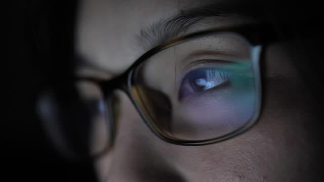 女性の目を見てモニター, サーフィンインターネット - パソコン 日本人点の映像素材/bロール