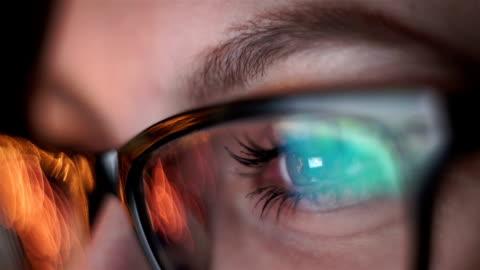 frau auge mit blick-messgerät, surfen im internet - lernender stock-videos und b-roll-filmmaterial