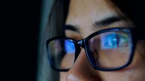 vídeos de stock e filmes b-roll de woman eye looking monitor, surfing internet - primeiro plano