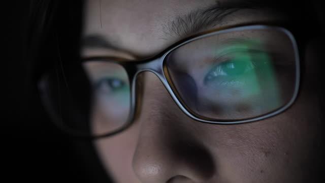 眼鏡をかけたコンピュータを見ている女性の目 - 投資家点の映像素材/bロール
