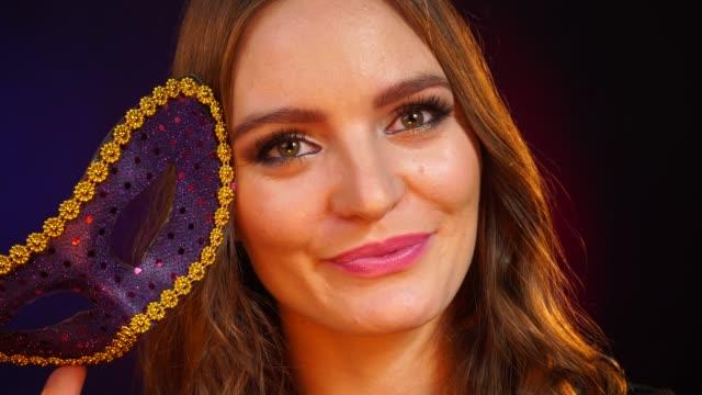 カーニバルマスク4k の女性の顔 - スーパーモデル点の映像素材/bロール