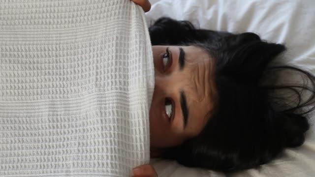 kvinna rädsla i sängen - fruktan bildbanksvideor och videomaterial från bakom kulisserna
