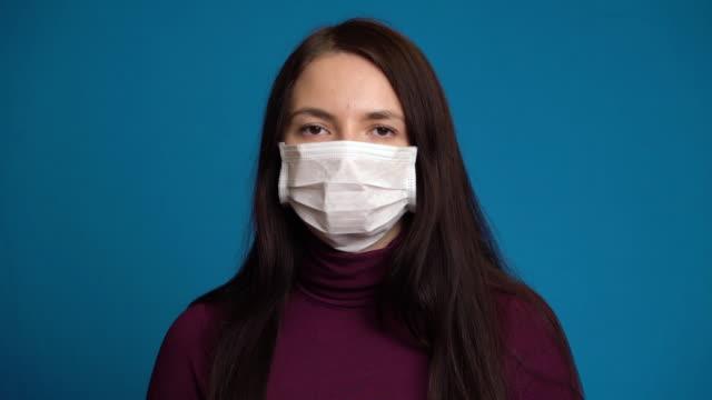 気分が悪く、マスクをしている女性。 ビデオ