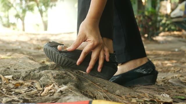 piedi donna in incidente - dito del piede video stock e b–roll
