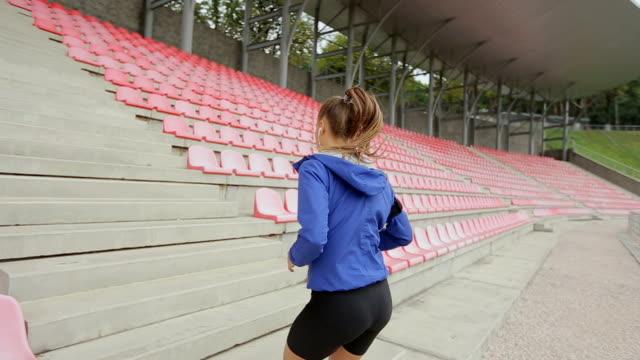 frau füße joggen treppe hinauf, in der nähe. steadicam stabilisiert schuss. sportlerin barfuß sport schuhe während des trainings auf der treppe. - mittelstufenlehrer stock-videos und b-roll-filmmaterial
