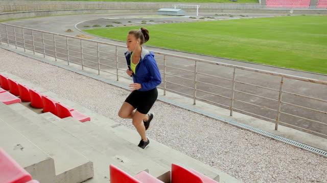 frau füße joggen treppe hinauf. steadicam stabilisiert schuss. sportlerin barfuß sport schuhe während des trainings auf der treppe. - mittelstufenlehrer stock-videos und b-roll-filmmaterial