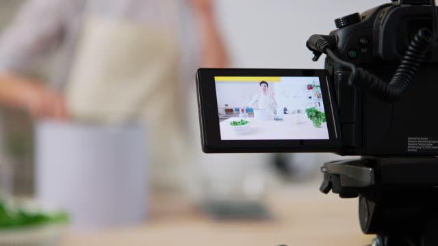 vidéos et rushes de femme filmant la vidéo de faire des pâtes fraîches - montrer